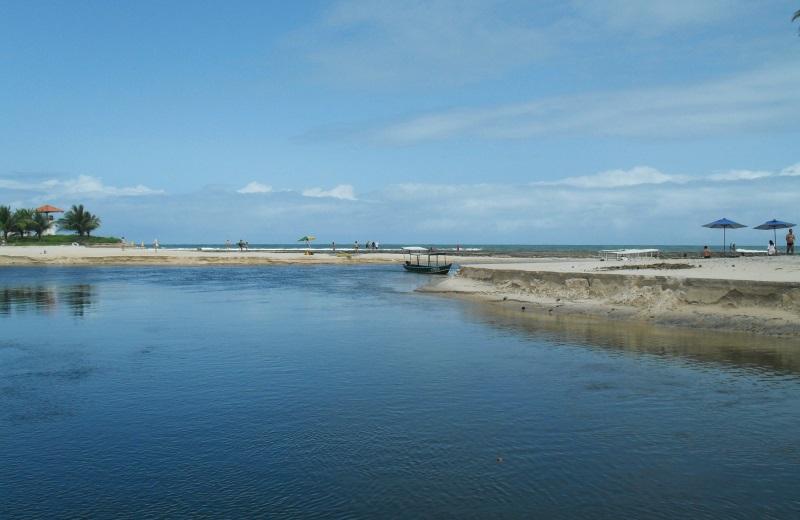 Passeio de barco nas Dunas de Marapé, no litoral sul de Alagoas