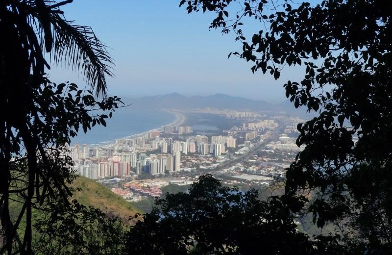 Vista da Barra da Tijuca na trilha da Pedra da Gávea, Rio de Janeiro