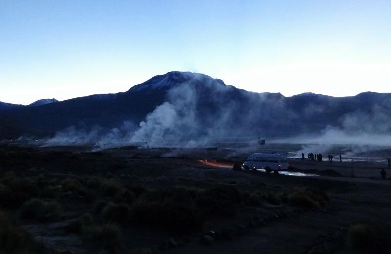 Amanhecer nos Geysers El Tatio, Atacama