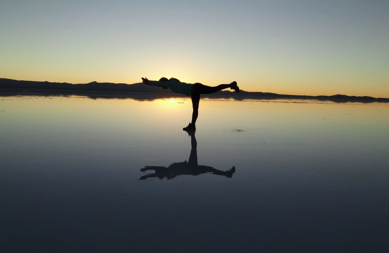Yoga no Salar de Uyuni alagado durante o nascer do sol, Bolívia