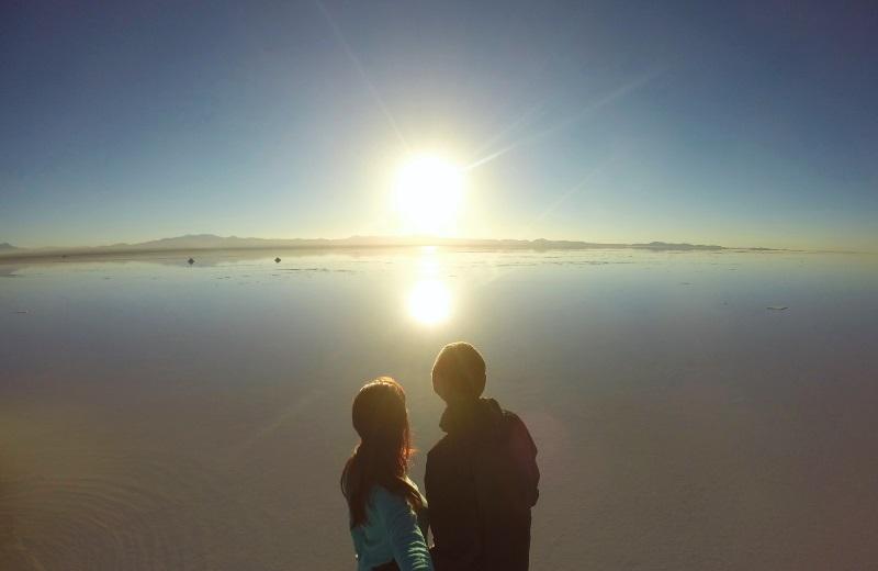Nascer do sol no Salar de Uyuni alagado, Bolívia