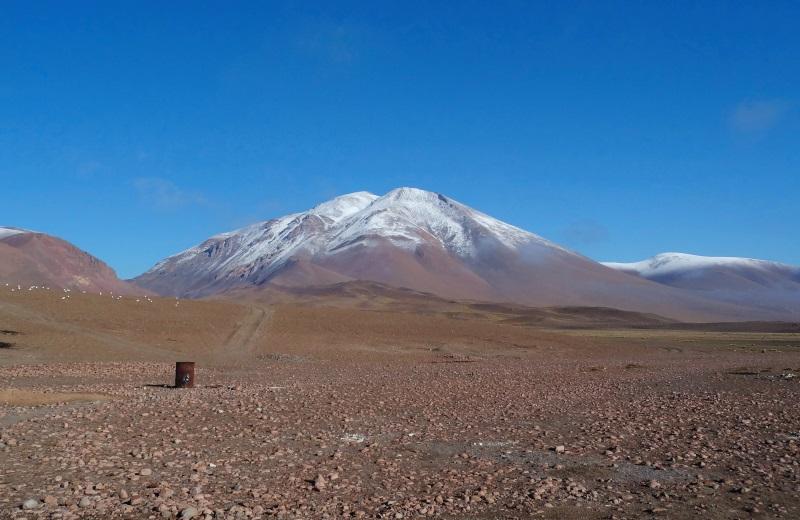 Montanha nevada nos andes, no hostel da Laguna Colorada, Bolívia