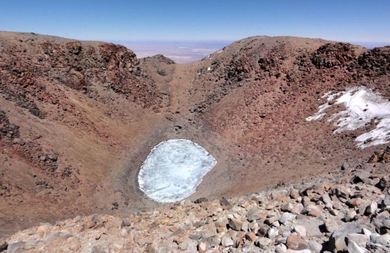 Lagoa congelada na cratera do vulcão licancabur