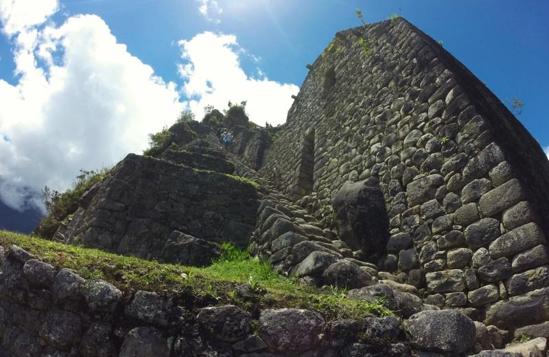 Escadas no topo do Huayna Picchu em Machu Picchu