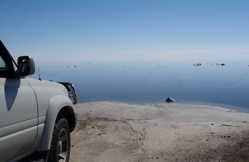 Mar de Sal, jeep no Salar de Uyuni alagado