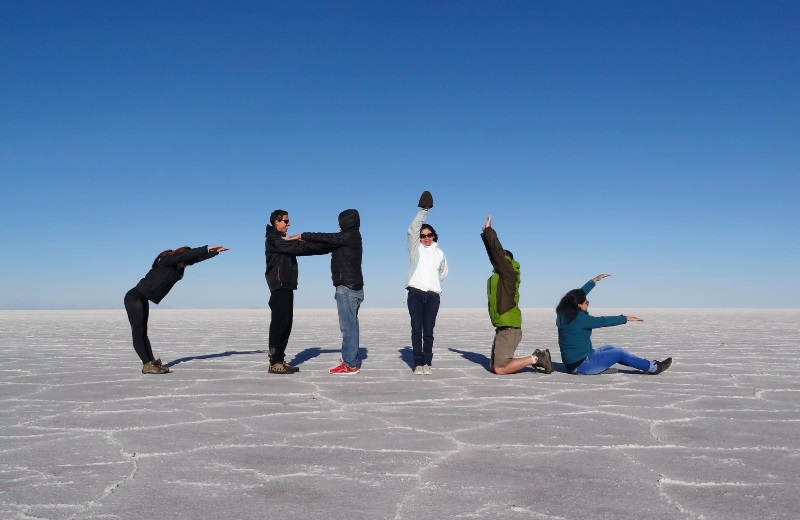 Foto criativa formando a palavra Chile no Salar de Uyuni
