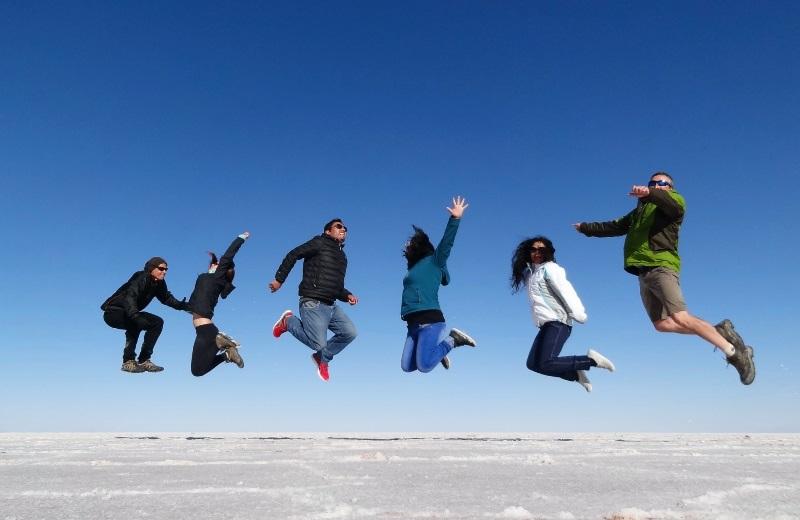 Foto criativa saltando no Salar de Uyuni