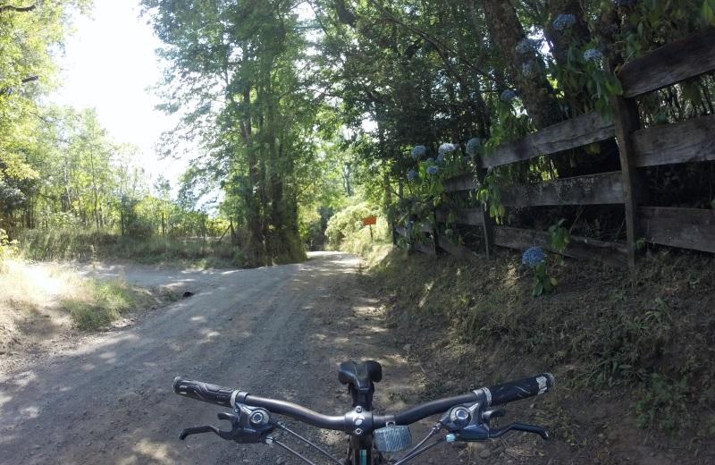 Caminho de bicicleta ao Salto El Claro, Pucón, Chile