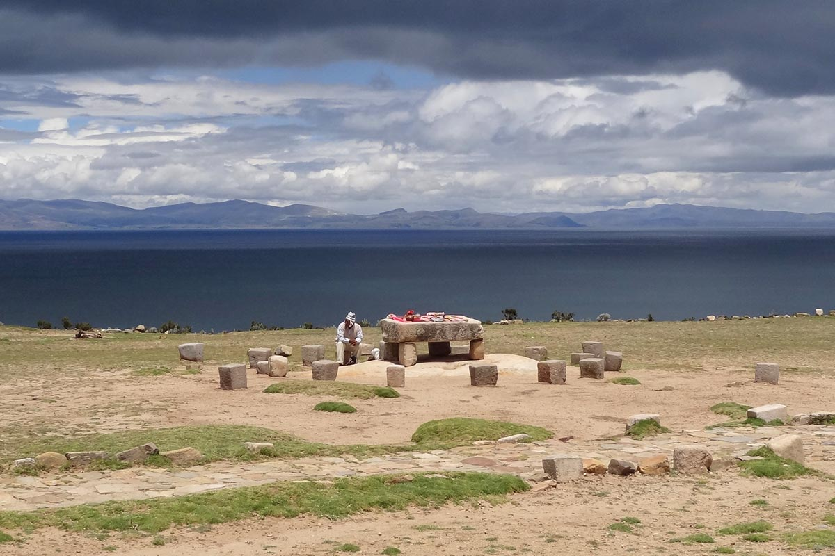 Boliviano vende artesanato na Mesa de Sacrifícios na Isla del Sol, Lago Titicaca