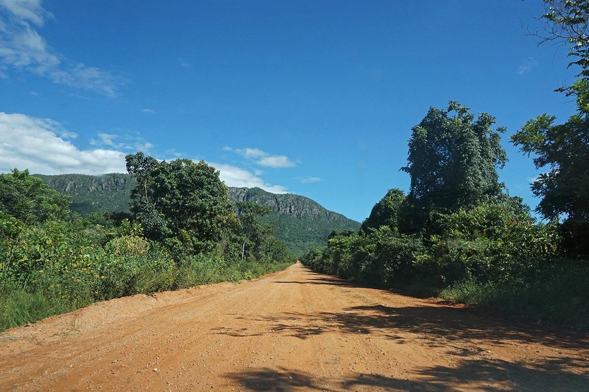 Estrada de terra para a Cachoeira Santa Bárbara, no Engenho II, Chapada dos Veadeiros