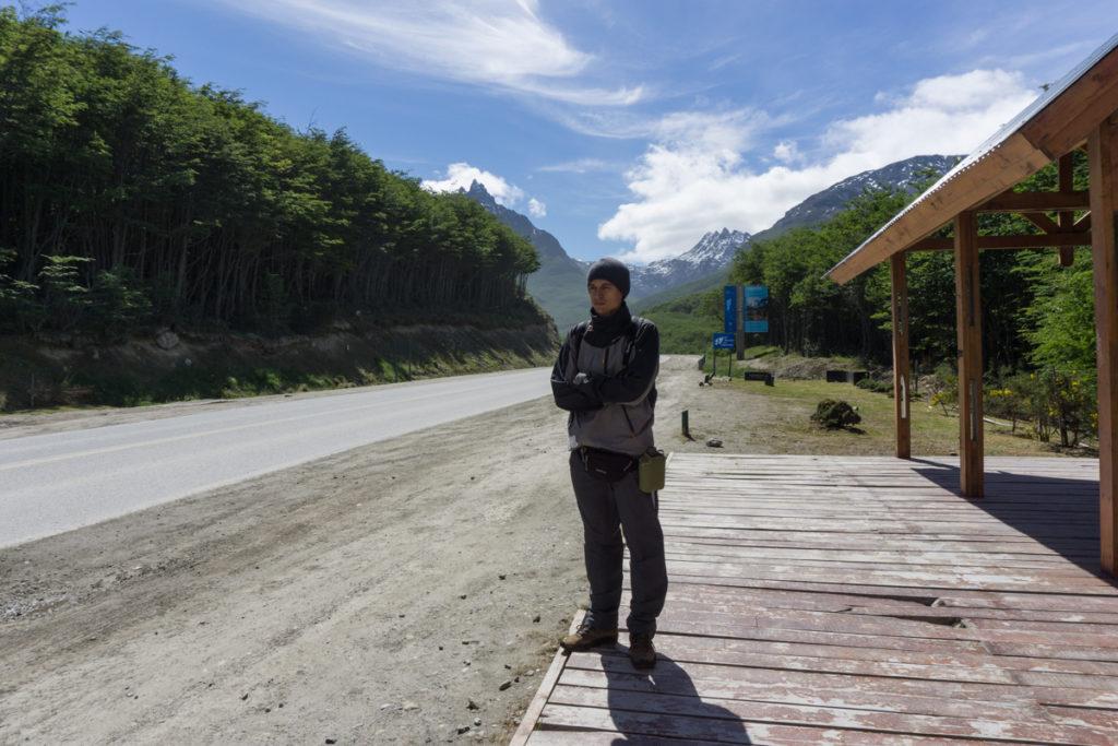Pedindo carona na saída da cidade de Ushuaia
