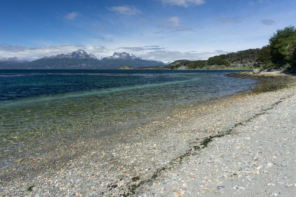 Praia e montanhas no Parque Nacional Tierra del Fuego em Ushuaia, Argentina