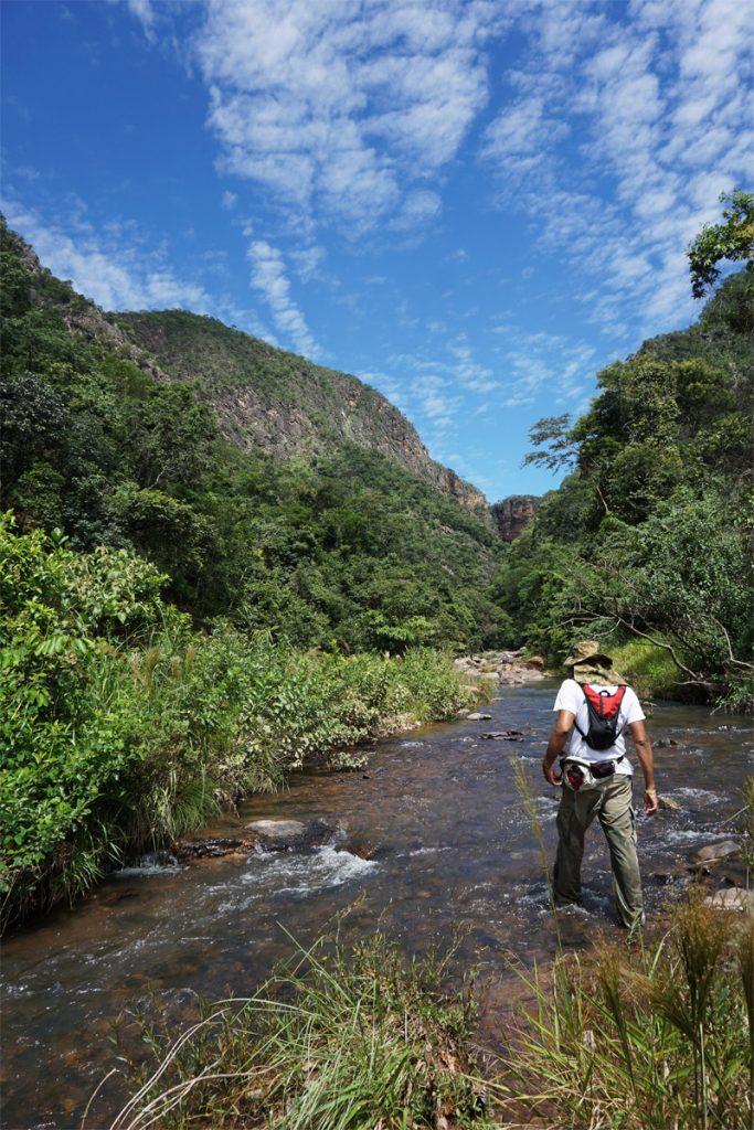 Guia na trilha por dentro do rio na Cachoeira da Água Fria em Formosa, Goáis