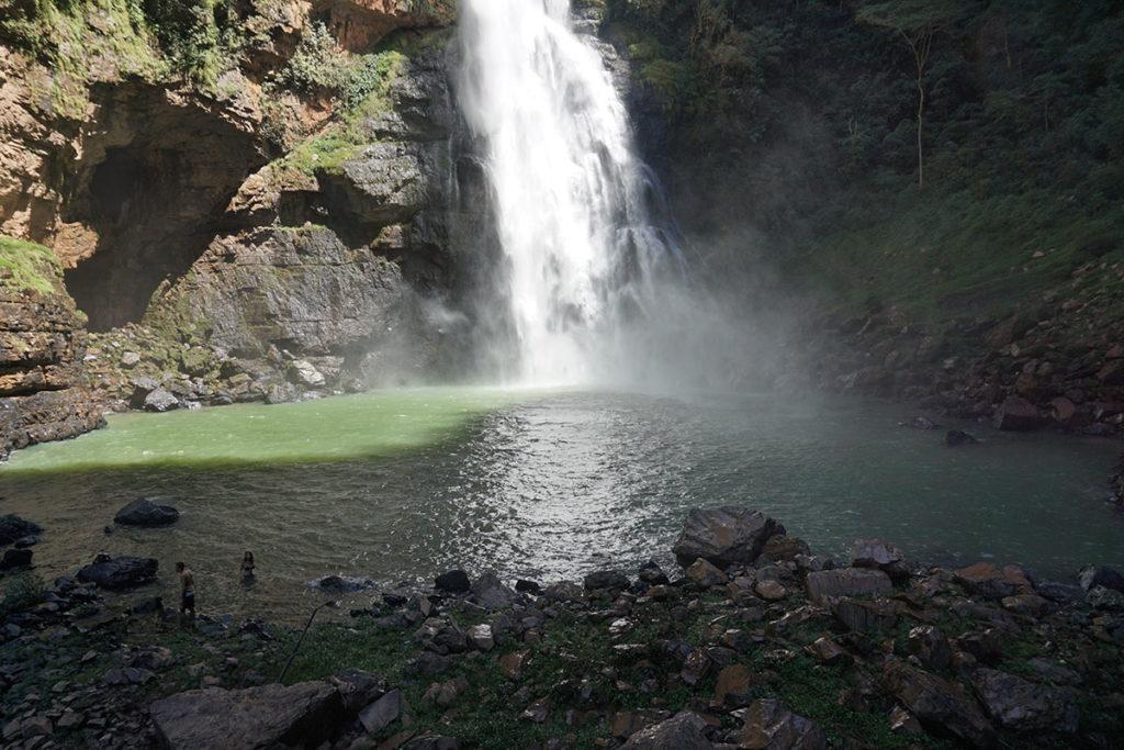 Casal na Cachoeira da Água Fria em Formosa, Goáis