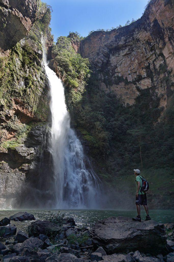 Homem na Cachoeira da Água Fria em Formosa, Goáis