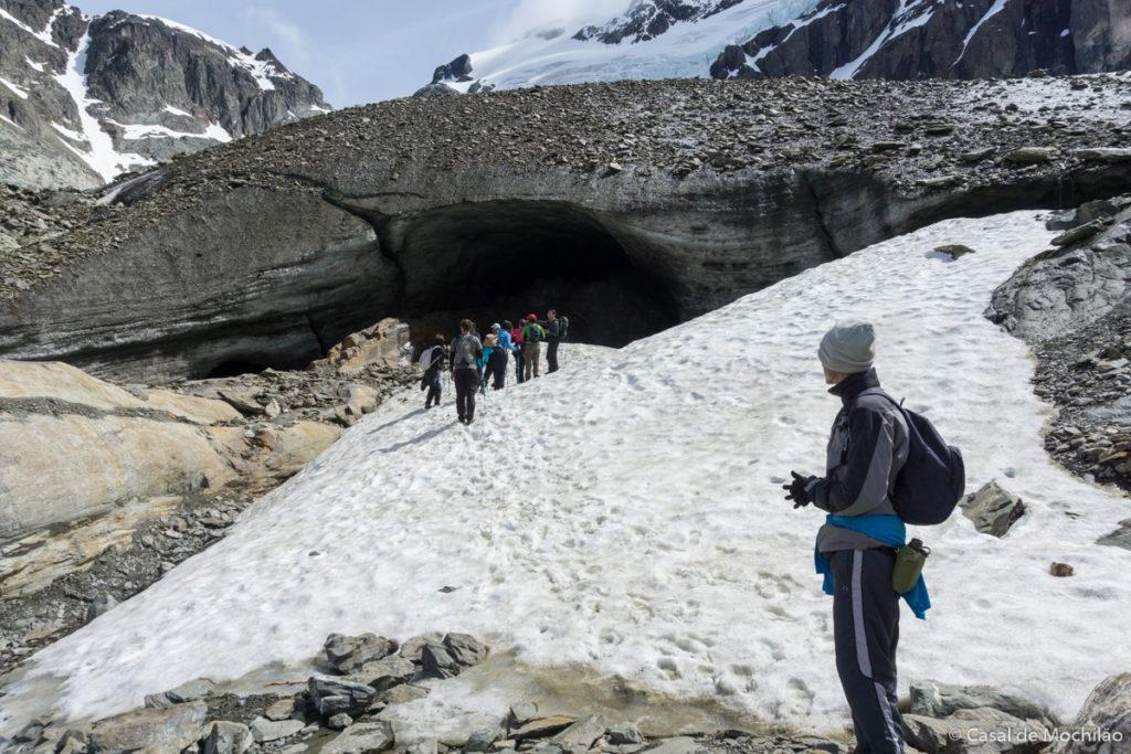 Entrada da caverna de gelo do glaciar Vinciguerra em Ushuaia, Patagônia Argentina