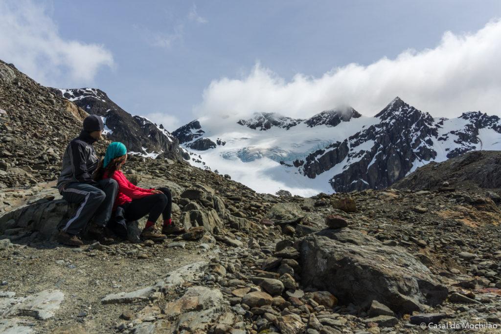 Casal olhando para as montanhas no Glaciar Vinciguerra, Patagônia Argentina