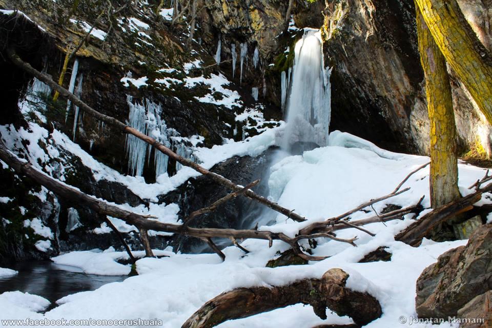 Cascada Velo de la Novia congelada em Ushuaia, Patagônia Argentina