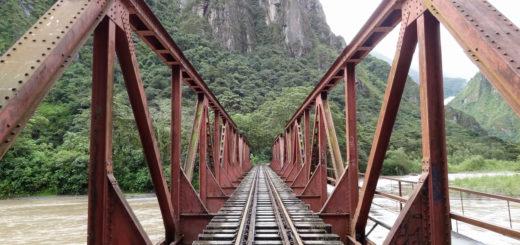 Ponte sobre o trilho do trem para Machu Picchu