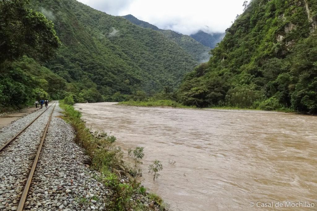 Caminhada no trilho do trem até Machu Picchu, nas margens do Rio Urubamba, Peru