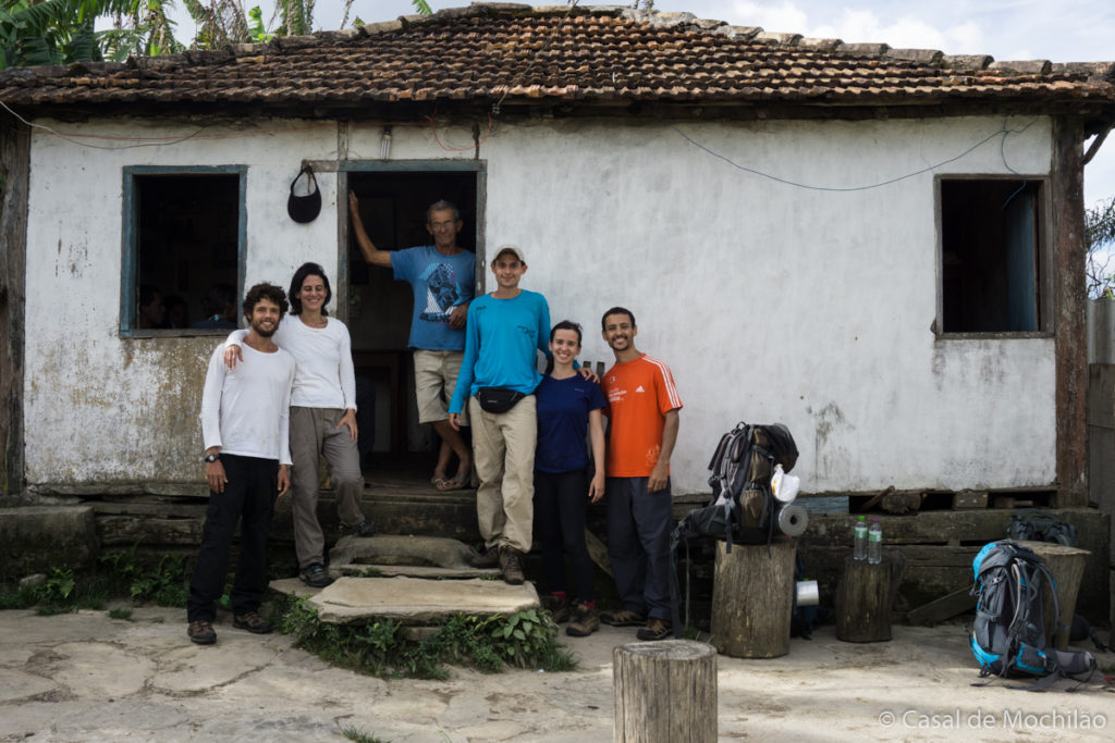 Grupo de trilheiros na Casa do Seu José durante a Travessia Lapinha x Tabuleiro em Minas Gerais