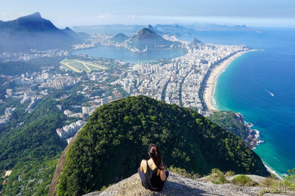 Mulher no topo do Morro Dois Irmãos na cidade do Rio de Janeiro