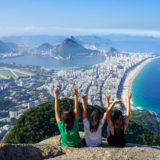 Mulheres no topo do Morro Dois Irmãos na cidade do Rio de Janeiro