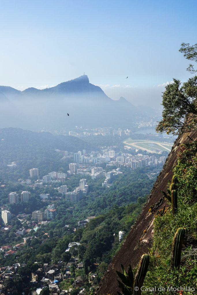 Corcovado e Cristo Redentor visto da trilha do Morro Dois Irmãos na cidade do Rio de Janeiro